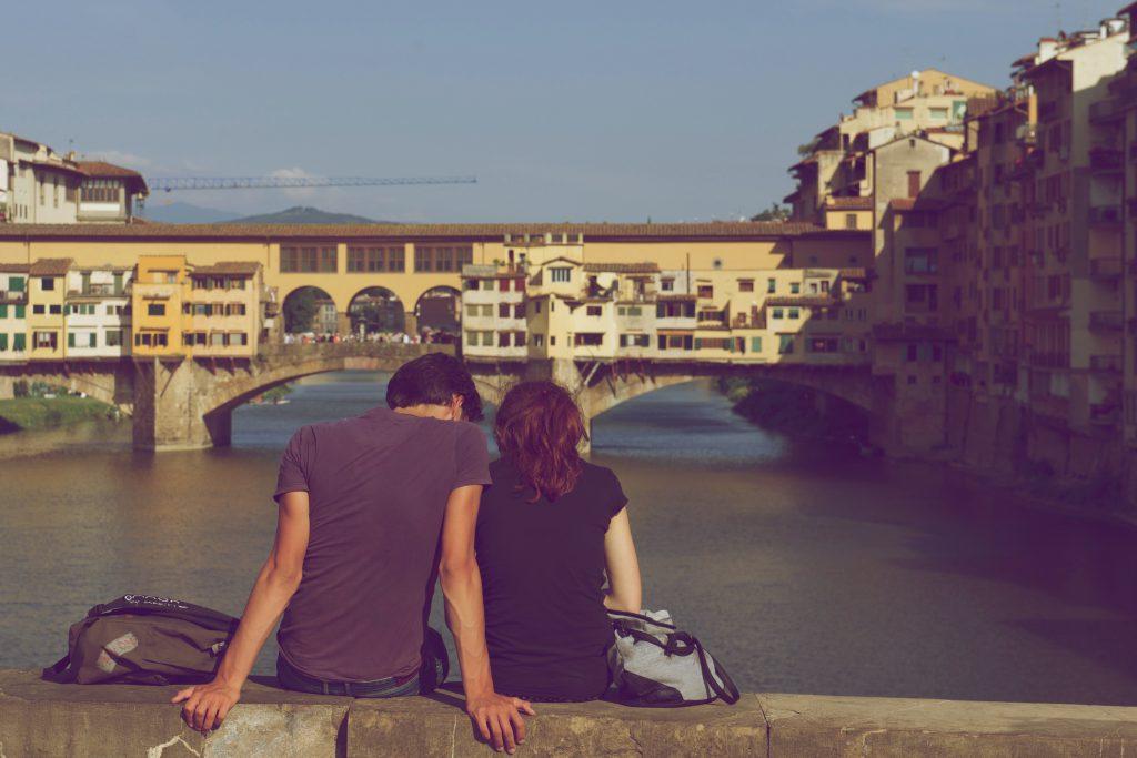 川沿いに座るカップル